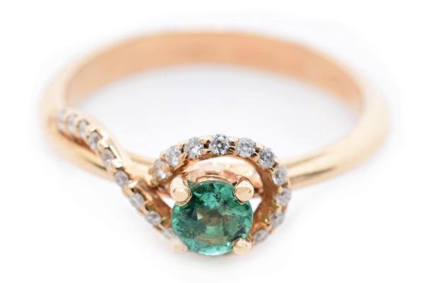 Mara ring in white gold diamonds and emerald