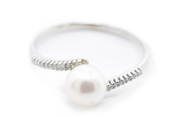 阿黛尔戒指在白色钻石黄金和珍珠
