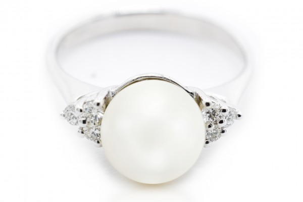 Giulia ring in white gold and pearl diamonds