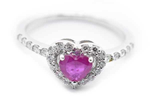 Purple ring in diamond and ruby white gold